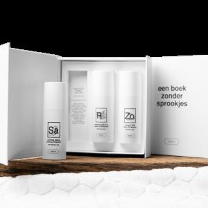 artikelnr WBZS1 Beschrijving Wij geloven niet in sprookjes. Wij geloven in goede verzorging. In eerlijke cosmetica die je huid in balans houden. Met pure ingrediënten en verantwoorde recepturen. Met de Essential Box van Webecos heb je precies wat jouw huid nodig heeft: reiniging, hydratatie/verzorging en goede UV-bescherming. Drie essentiële skincare producten die niet in jouw huidverzorgingsroutine mogen ontbreken: + Webecos Reviving Detox Creamy Cleanser 50ml: de cleanser bevat een kleine forrel en salicylzuur, die zorgen voor een dagelijkse exfoliatie van je huid. Het is dus een reiniging en peeling in één product. + Webecos Reviving Detox & Repair Moisturizer 50ml: deze moisturizer geeft je huidcellen weer nieuwe energie en doet ouderdomsvlekken verminderen. De crème verzorgt niet alleen je huid, maar geeft het ook een frisse egale uitstraling. Precies wat je nodig hebt. + Webecos Mineral Daily Face UV Defense SPF 50 50ml: deze UV-bescherming bevat 100% minerale filters voor een sterke uva/uvb bescherming. Jouw bescherming tegen UV-straling, de belangrijkste oorzaak van huidveroudering en rimpels